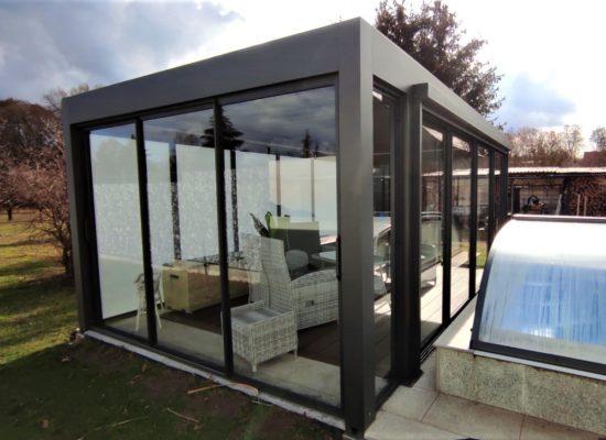modernes Poolhaus als Lamellendach mit Glasschiebetüren und ZIP